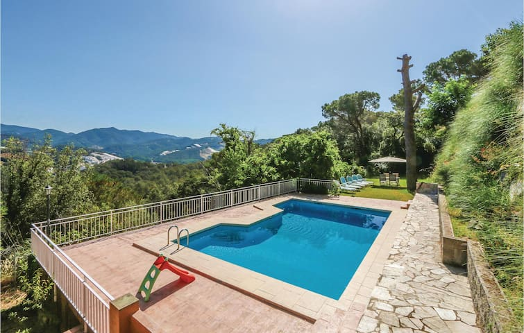 Holiday cottage with 4 bedrooms on 205m² in St Cebria de Vallalta