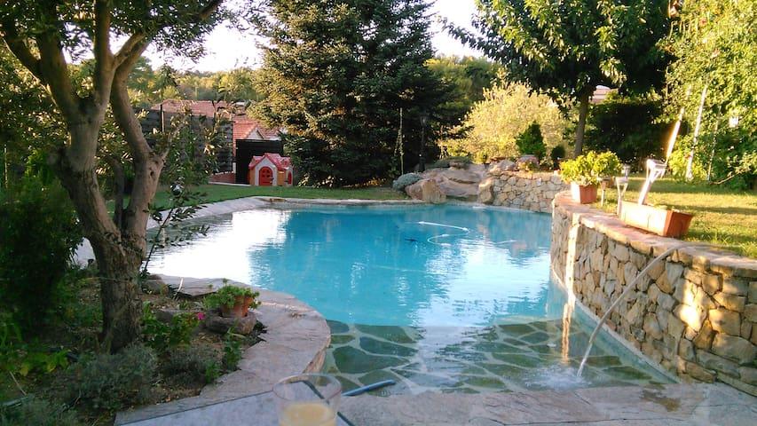 VILLA + ESPACE SECURISE PISCINE, Gd. JARDIN-CALME - Marseille - Vila