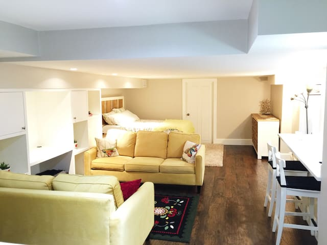Cozy, peaceful and recently renovated studio for couples and single travelers.