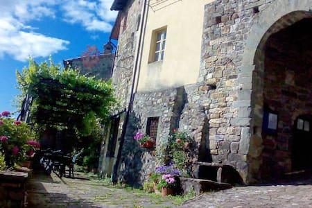Corpo di Guardia-antiva casa in borgo medievale - Castiglione