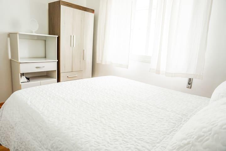 Bem iluminado e arejado. Na cômoda tem ferro de passar e chapinha disponível. Lençóis, cobertores e toalhas também disponíveis.