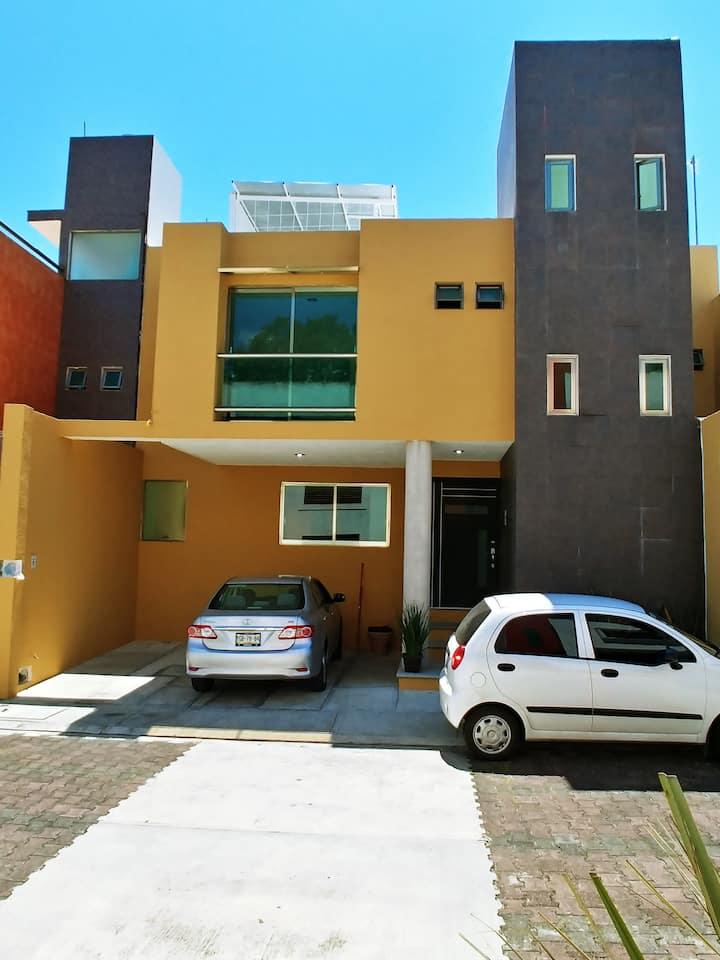 casa compartida atras de plaza cristal a 500 mts