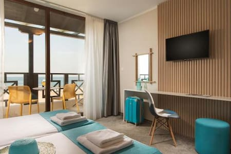 The apartment consists of one bedroom and one living room. All rooms are spacious, air-conditioned and feature a flat-screen LED TV with satellite channels, a safe and a minibar. The rooms offer panoramic sea views. Each room has free high-speed WiFi