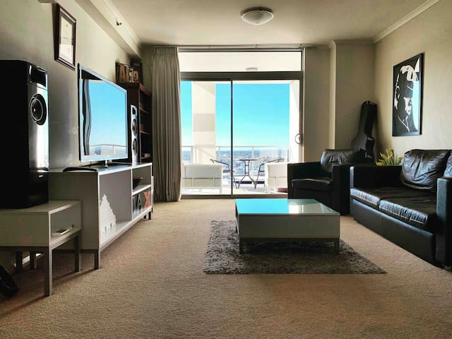 CLEAN & CENTRAL  2br penthouse with city views