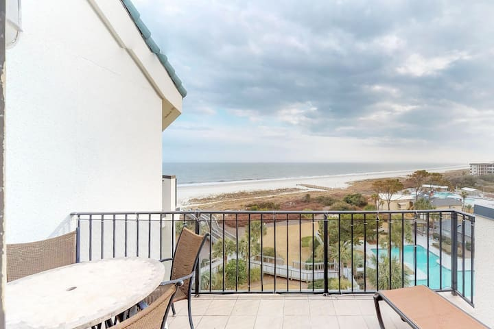 Waterfront penthouse villa with shared pool and ocean view - close to the beach