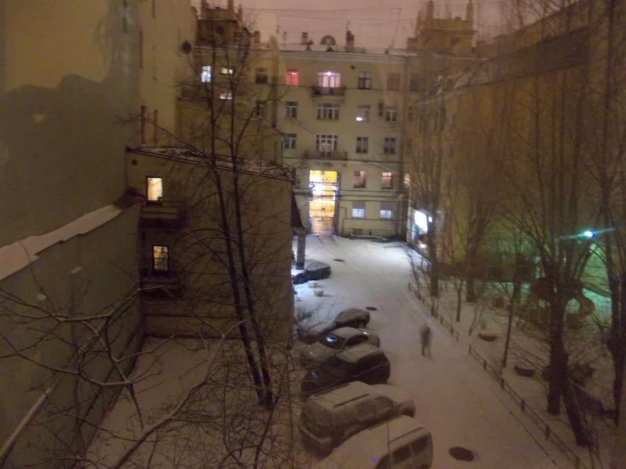 Вид из окна зимним вечером