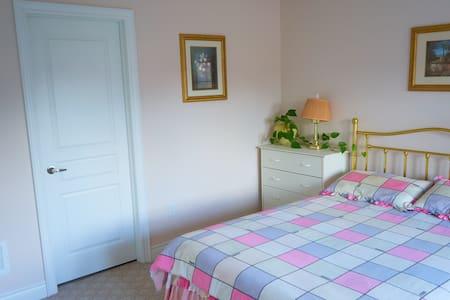 Spacious bedroom with private ensuite bathroom - Vaughan - House
