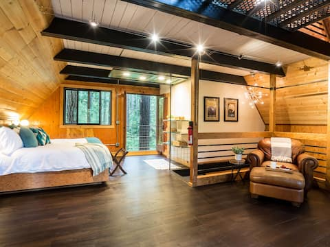 Rustic Industrial Treetop Cabin w/ private Hot Tub