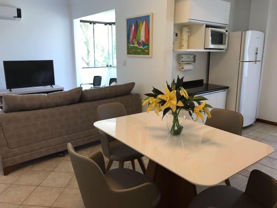 Sala, cozinha e sacada integrada com ar-condicionado
