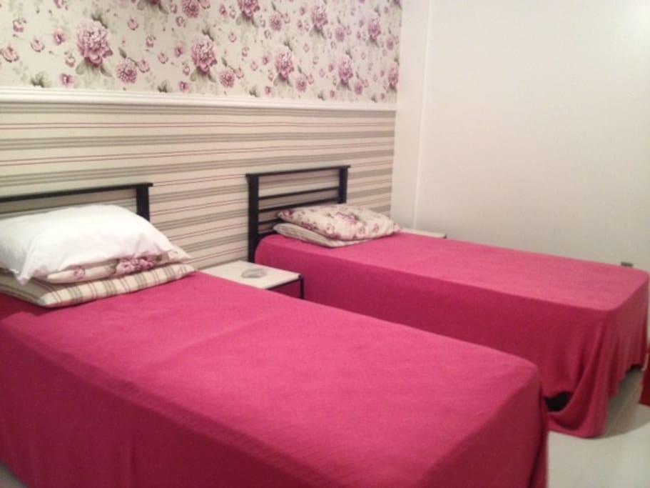 Quarto com 02 camas para solteiros com ar condicionado. Roupas de cama e banho trocadas a casa 7 dias