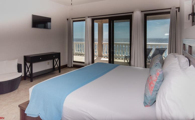 Fishers Landing Boutique Hotel / Sandy Bay Suite