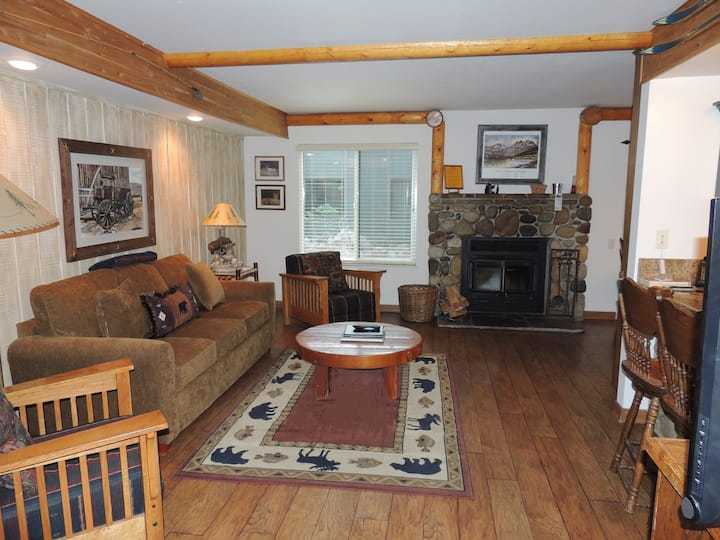 Cozy corner family Condo, #121 warm wood cabin feel, just steps from the shuttle