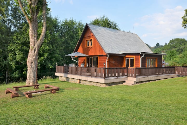 Beautiful holiday home with well-kept, fenced-in rice on the shore of a small reservoir