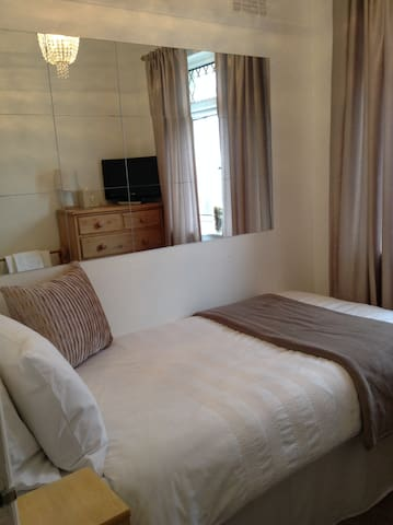 Private compact single room with Free parking
