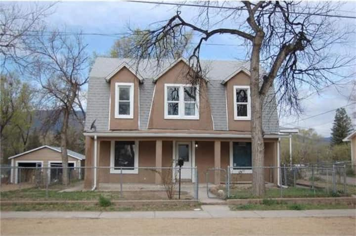 Cute home, very close to  Memorial Park & Downtown
