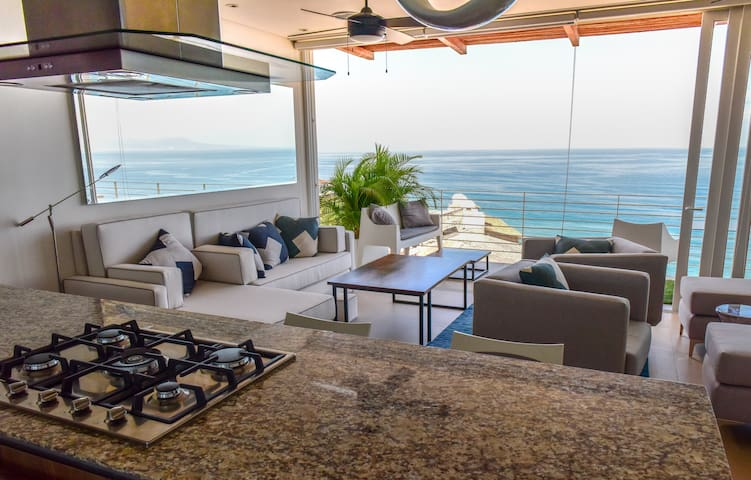 Beach Front Penthouse Ocean View Pool & Gym-OnSite