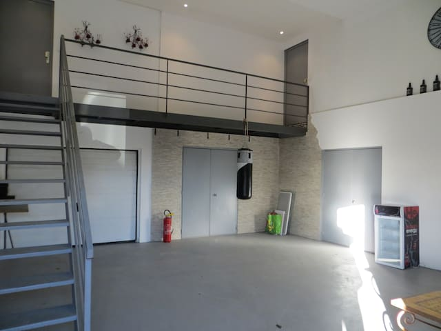 Partie commune  accès à l'appartement par l'escalier
