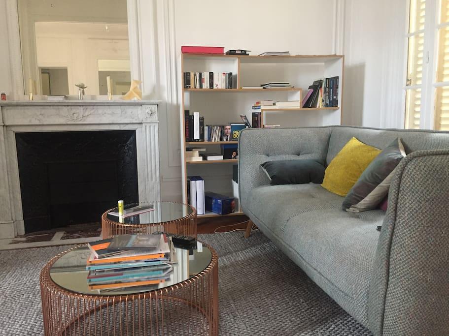 Double salon pour profiter de moments de calme, lire, écouter de la musique, partager ses impressions sur Paris...
