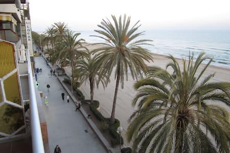 4th floor ocean-front, spectacular views, 4-6 pers - Calafell