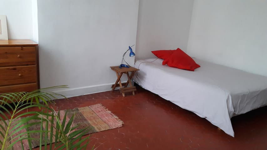 Grande chambre privée dans appartement sympa