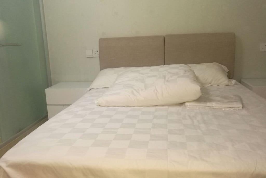 干净、舒适的双人床。床架、床垫、枕芯、枕套、床单、被子、被套床垫套都是新的,清新简约,干净舒适。 在外旅行,白天大部分时间都是在外游玩,劳累一天,晚上最需要的就是一张舒适的床。我们所有床品,均采购自正规四星/五星级酒店床品供应商,产品正规,记录可查,就为了给您一个好觉:)