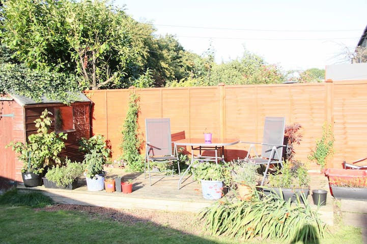 LOVELY ROOM & HOME  KEY LOCATION, PRIVATE GARDEN