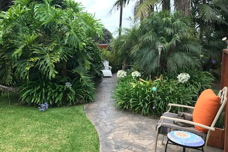 Tropical Paradise Sleeps 6 (3 beds)