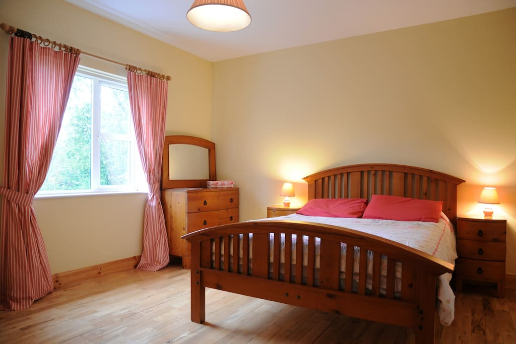Double bedroom with ensuite shower room and wc. Garden view, wooden floor.