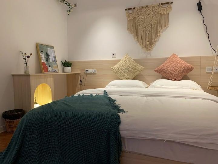 近泰华、万达近火车站近医院、百寸幕布高清投影、温馨私享私人影院,30厘米乳胶床垫ins风,网红灯串。
