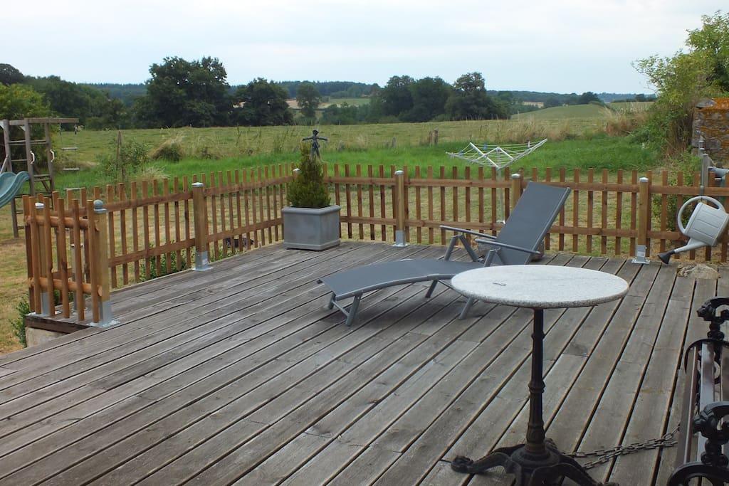 Vanaf het terras heeft u een fraai uitzicht over het Bourgondische heuvellandschap.