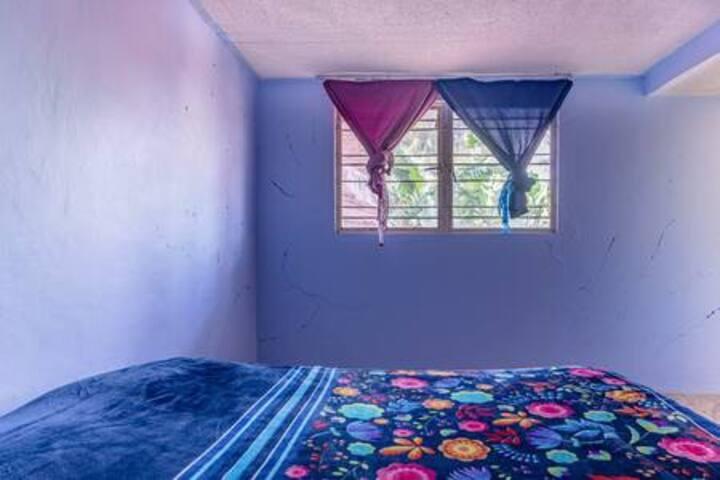 Habitación azul en casa con jardin y terraza,