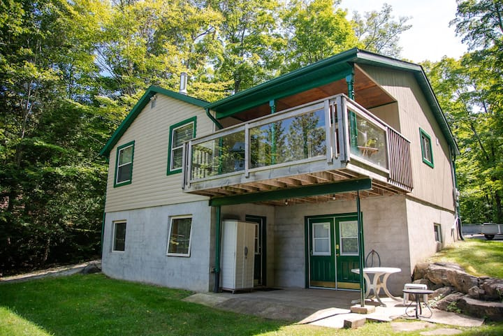 Private Lakefront Cottage Getaway on Chandos Lake