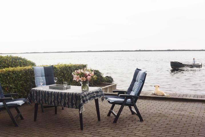 Appartement in Wanneperveen (Giethoorn) met prive terras direct aan het water