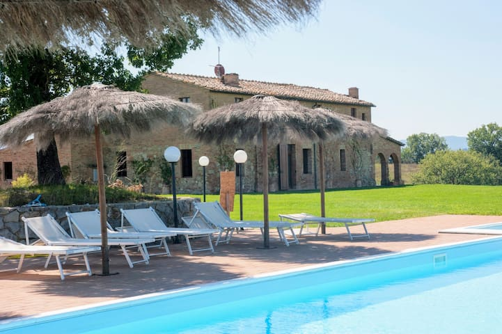 Tuscan-style country house with garden and pool - Buonconvento - House