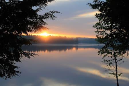 Lily Lodge - Cozy lakeside retreat - Хартфорд - Бунгало