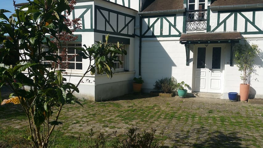 Cottage 10min from Versailles and 20min from Paris - Toussus-le-Noble - Hus