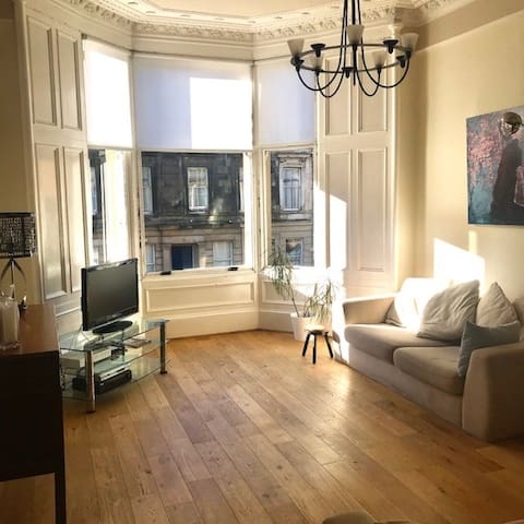 Cosy double room in leafy West End (Finnieston)