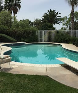 Charming Pool Cottage Centrally Located! - La Habra Heights - Bungalov