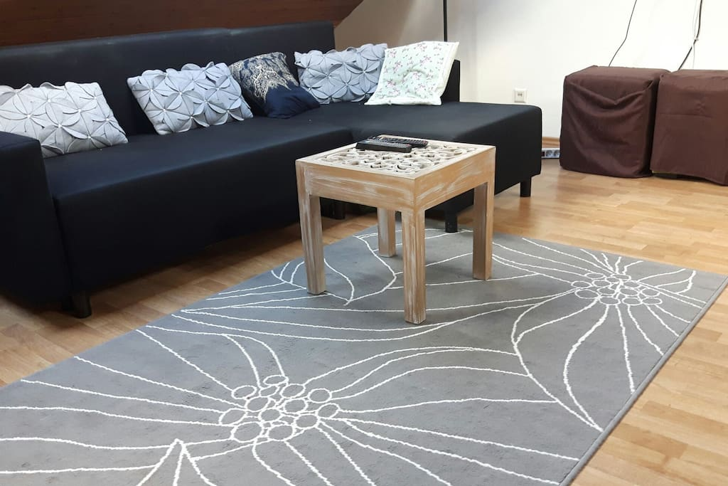 Sofa, Tisch und eigener Fernseher