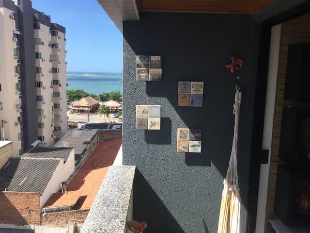 Vista lateral para o mar de Pajuçara na varanda do apartamento, o prédio é beira-mar