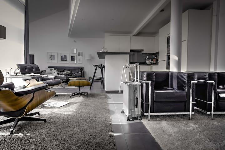 Main living room - west