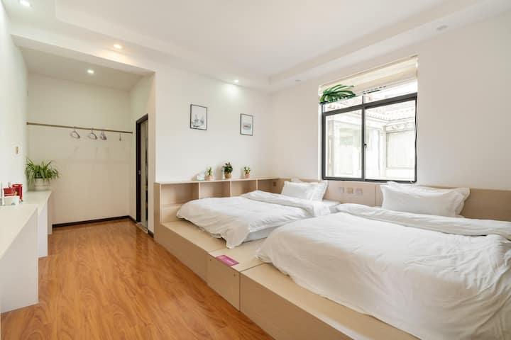 榻榻米亲子双床房303  简约舒适 安静温馨 阳光小院位置优越  停车方便