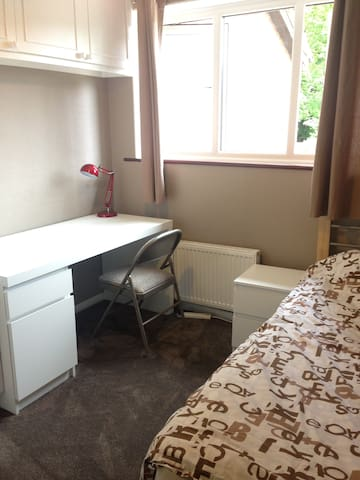 Newly decorated single room with WiFi - London - Haus