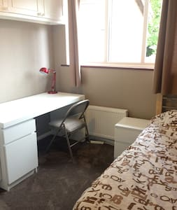 Newly decorated single room with WiFi - London - House