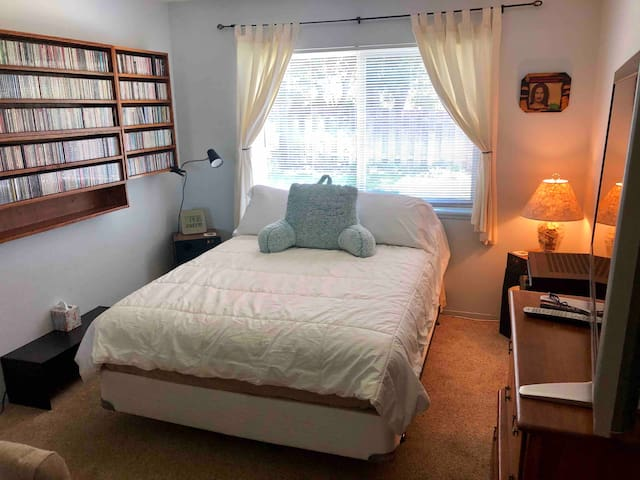 Private Room In Quiet Friendly Neighborhood