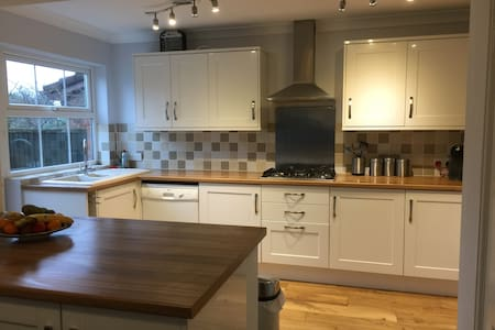 Well maintained 4 bedroom detached house for races - Churchdown