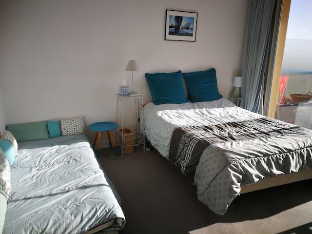 Dans la chambre, un lit double et un lit simple