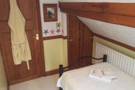 Quirky little room in the Attic - High Wycombe - House
