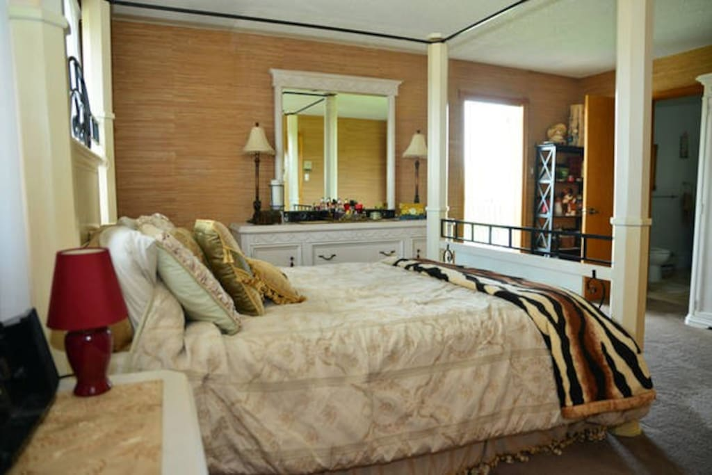 Four Poster Canopy Bedroom with Ensuite Bath Bathroom