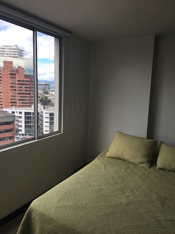Habitación confortable con excelente vista.
